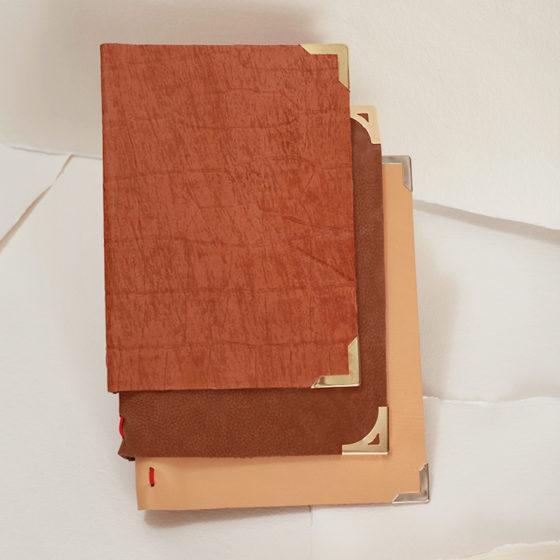 Avellana, nobuck caramelo y marrón arena