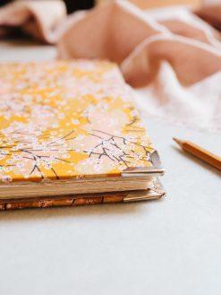Cuaderno de sueños dorado y marrón 7