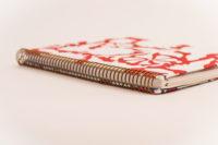 Antara Golden Chip Rojo con flores blancas, fondo blanco 3