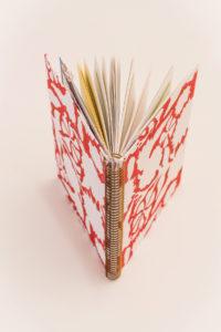 Antara Golden Chip Rojo con flores blancas, fondo blanco 6