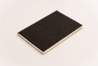 Cuaderno negro piel trenzada, fondo blanco 1