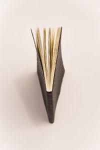 Cuaderno negro piel trenzada, fondo blanco 4