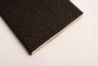 Cuaderno negro piel trenzada, fondo blanco 5